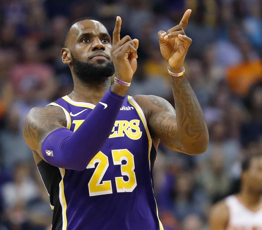 LeBron James celebra un canasto contra los Suns. (AP) (semisquare-x3)