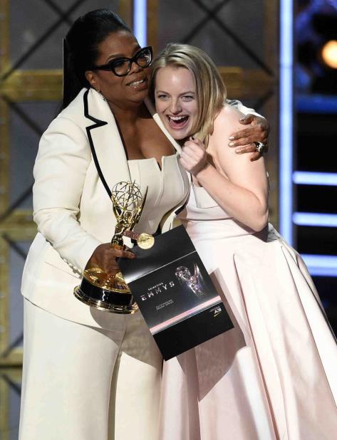 De la mano de Oprah Winfrey, Elisabeth Moss recibió el premio al mejor drama por