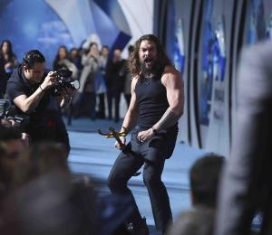 "Jason Momoa sorprende al bailar en la premier de ""Aquaman"""