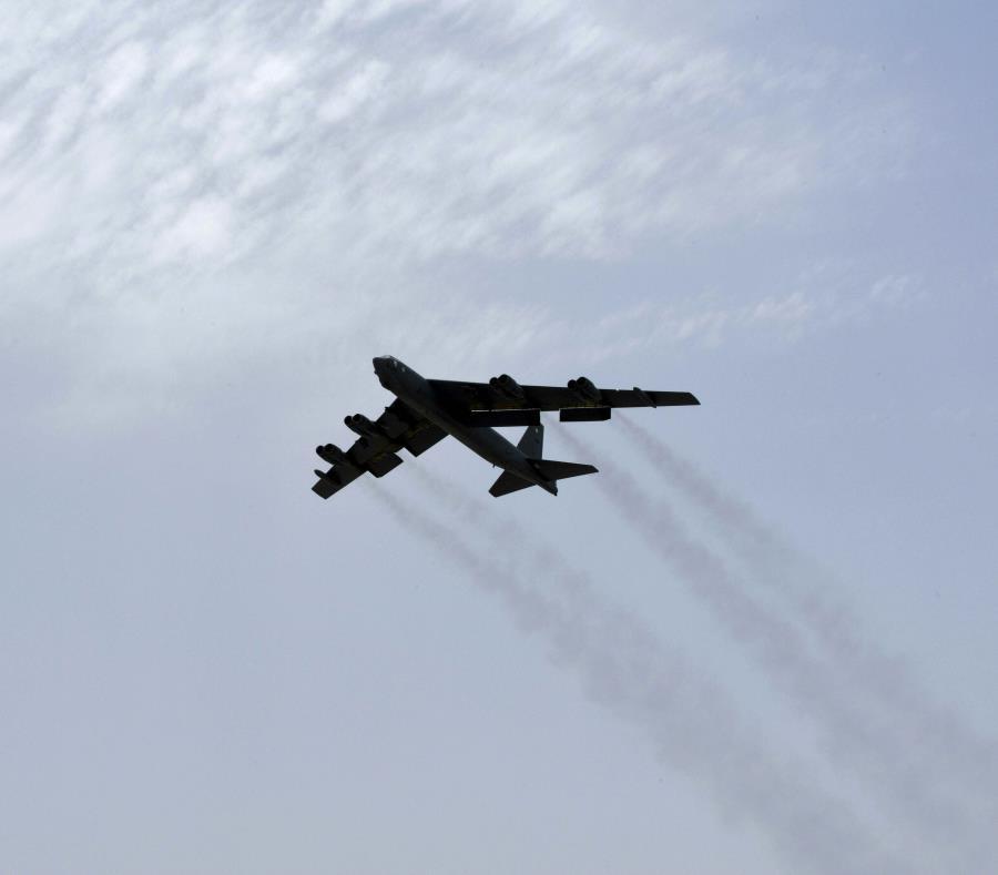 Un bombardero de EEUU B-52H Stratofortress despega de la Base Aérea Al Udeid en Qatar el 12 de mayo del 2019. (sargento Ashley Gardner de la Fuerza Aérea de EE.UU. vía AP) (semisquare-x3)