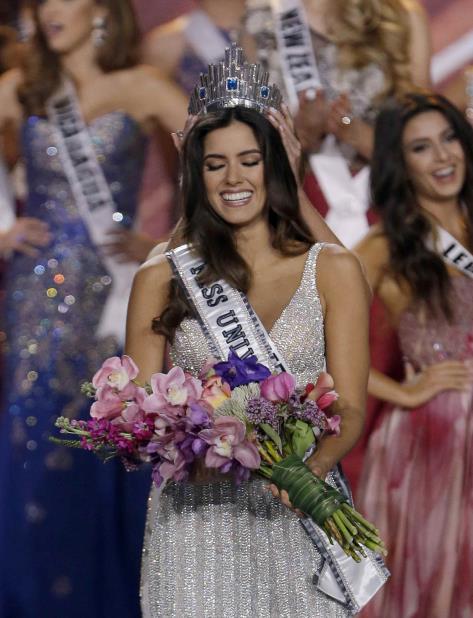 Paulina Vega Miss Universe (vertical-x1)