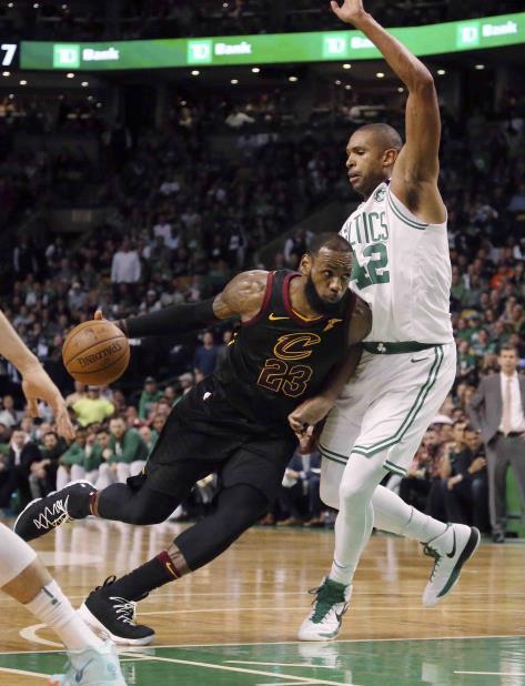 LeBron James jugó los 48 minutos del partido. (AP) (vertical-x1)