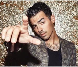 """Joe Jonas sorprende a su hermano Nick cantando el tema """"Lover"""" de su ex Taylor Swift"""