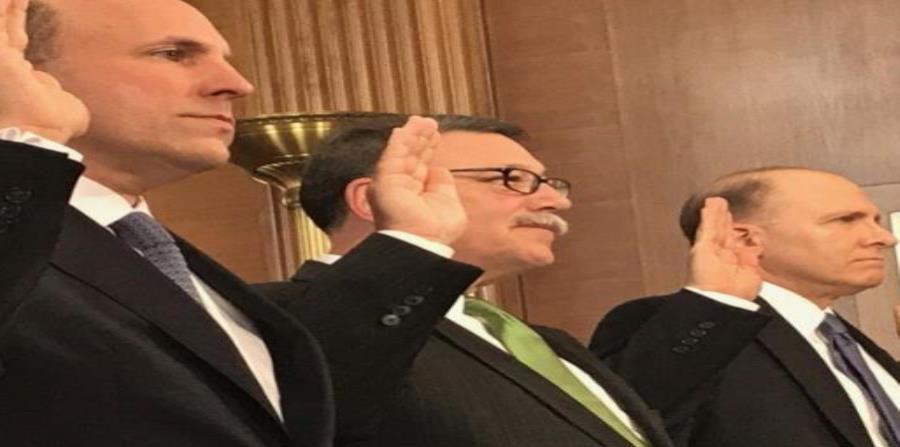 Douglas Domenech segundo de izquierda a derecha al jurar antes de declarar en el Comité de Energía y Recursos Naturales, el 20 julio de 2017, previo a su nombramiento como secretario adjunto para Asuntos Insulares del Departamento del Interior. (GFR Media (semisquare-x3)