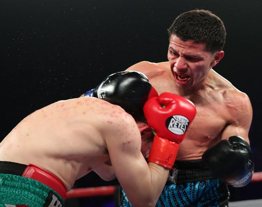 McWilliams Arroyo busca conectar contra su rival. (Foto/HBO Boxing) (semisquare-x3)