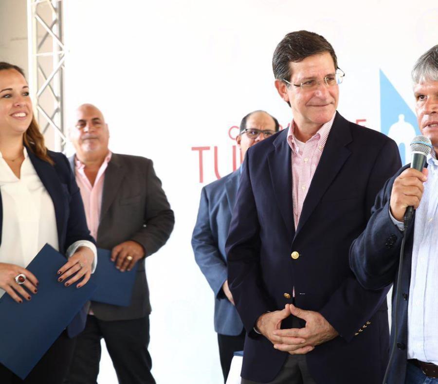 A la derecha, Ángel Rodríguez, propietario del parador Boquemar, en Cabo Rojo, se dirige a los presentes durante la actividad celebrada ayer en la sede de la CTPRn en San Juan. Lo observa el secretario de Estado, Luis Gerardo Rivera Marín (semisquare-x3)