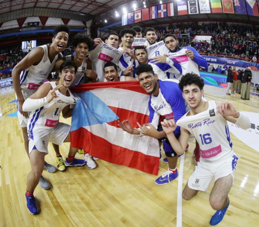 Los integrantes de la Selección Sub-17 celebran luego de su victoria sobre el equipo de Canadá. (Suministrada / FIBA) (semisquare-x3)