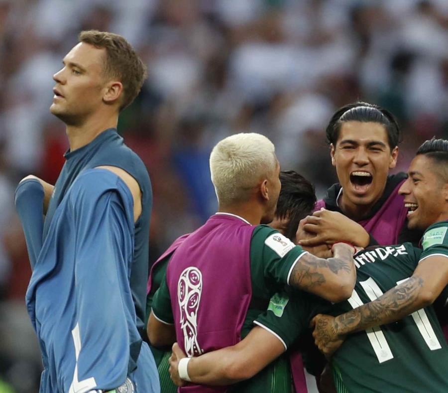 El portero alemán Manuel Neuer sale del banco mientras que los integrantes de México celebran la victoria. (AP) (semisquare-x3)