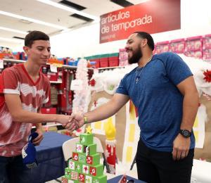 El receptor René Rivera lleva a los niños la magia de la Navidad