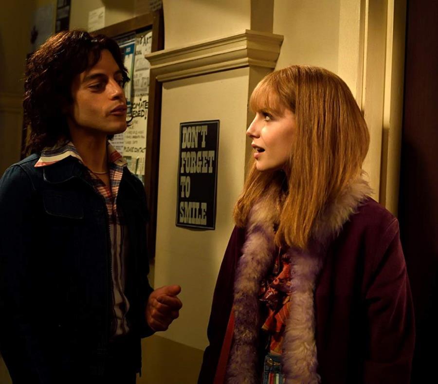 El actor Rami Malek junto a la actriz Lucy Boynton. (semisquare-x3)