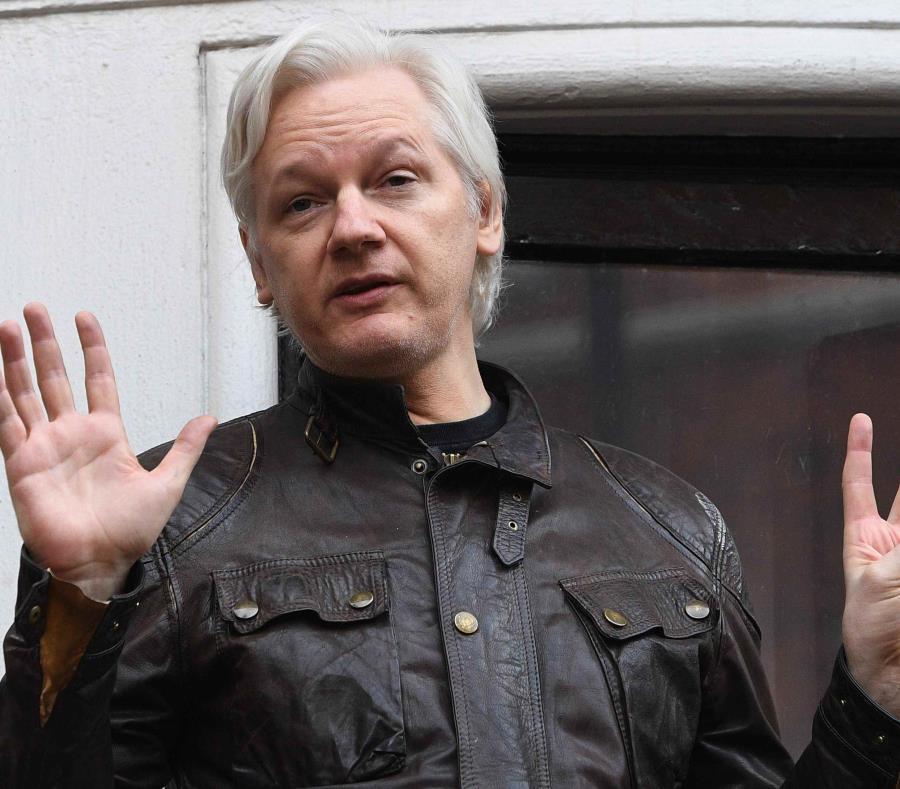 Foto de archivo del fundador de WikiLeaks Julian Assange mientras atiende a la prensa desde un balcón de la Embajada de Ecuador en Londres. (EFE) (semisquare-x3)