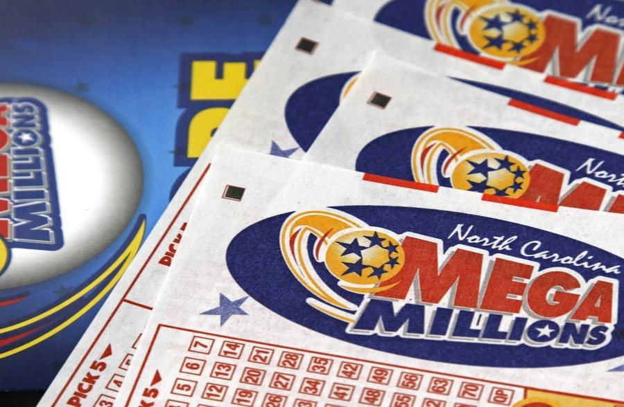 En esta imagen del 1 de julio de 2016 aparecen billetes de la lotería Mega Millions en un mostrador de un centro de viajes Pilot cerca de Burlington, Carolina del Norte. (semisquare-x3)
