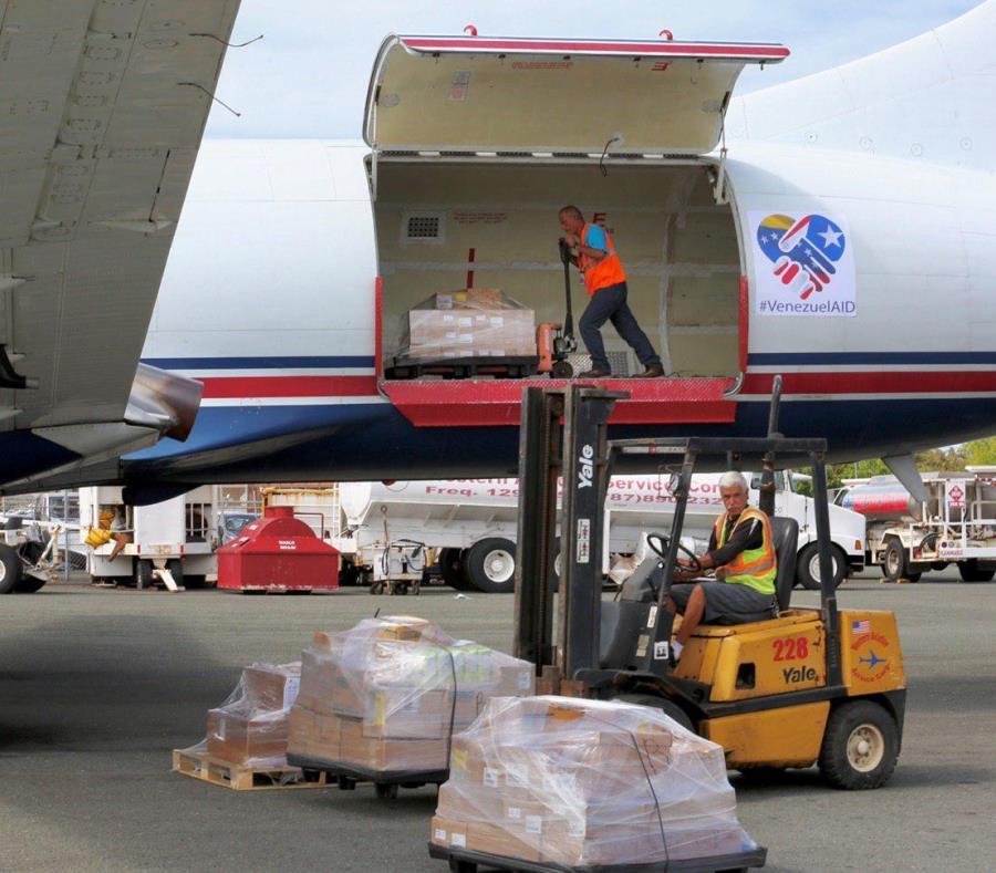 El avión partió ayer con productos que donó la empresa privada y otros que se recolectaron (semisquare-x3)
