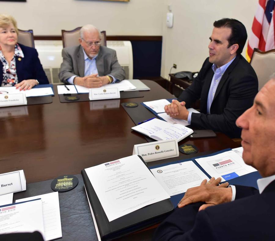 Parte de los miembros de la Comisión de Igualdad reunidos con el gobernador en La Fortaleza en 2017 (semisquare-x3)