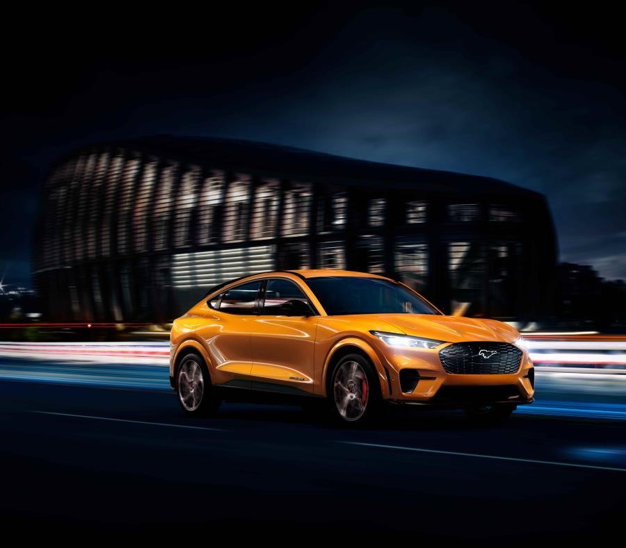 El nuevo y espectacular color del Ford Mustang Mach-E — Cyber Orange