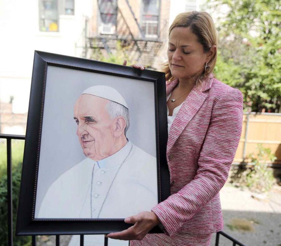 Presidenta del Concejo Municipal de Nueva York,  Melissa Mark-Viverito, le dio el obsequio al sumo pontífice durante el paso de este por el sector El Barrio (semisquare-x3)