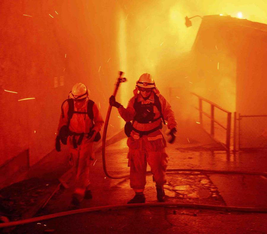 Esta foto de archivo del jueves 8 de noviembre del 2018 muestra a bomberos combatiendo al incendio Camp en el pueblo de Paradise, California. (AP) (semisquare-x3)