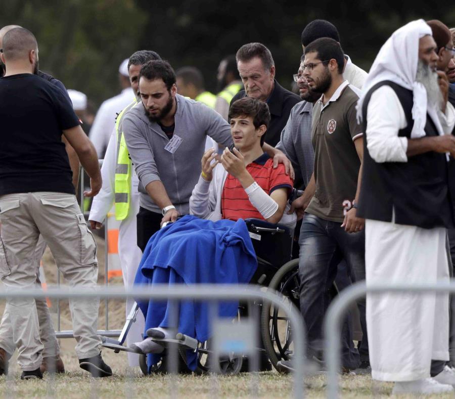 Zaed Mustafa, en silla de ruedas, hermano de Hamza e hijo de Khalid Mustafa, ambos asesinados en la masacre en una mezquita, durante el entierro de sus familiares en el cementerio Memorial Park en Christchurch, Nueva Zelanda (semisquare-x3)