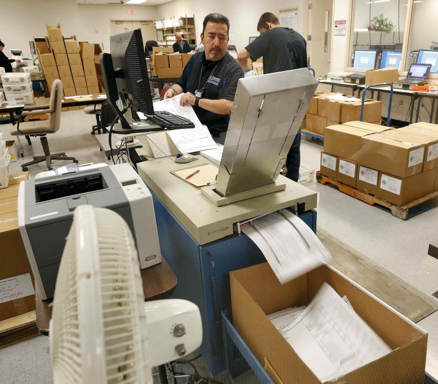 Los floridanos votan en unas elecciones con alta participación en EEUU