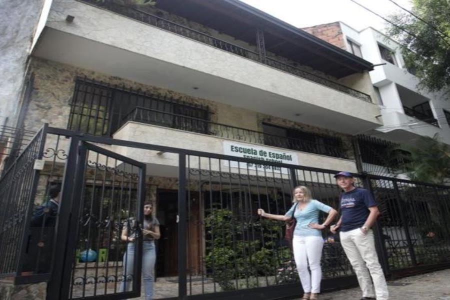 La casa en la que murió Pablo Escobar pasó por varias transformaciones hasta ser lo que es hoy: una escuela de español (semisquare-x3)