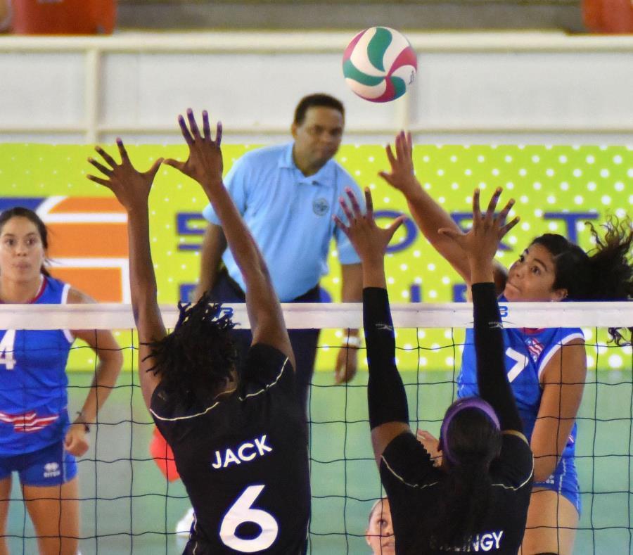 Noami Santos cambia el ataque y le pega alto ante el bloqueo de Trinidad y Tobago, que ayer hizo 22 puntos en bloqueos. (Cortesía Confederación Norceca) (semisquare-x3)