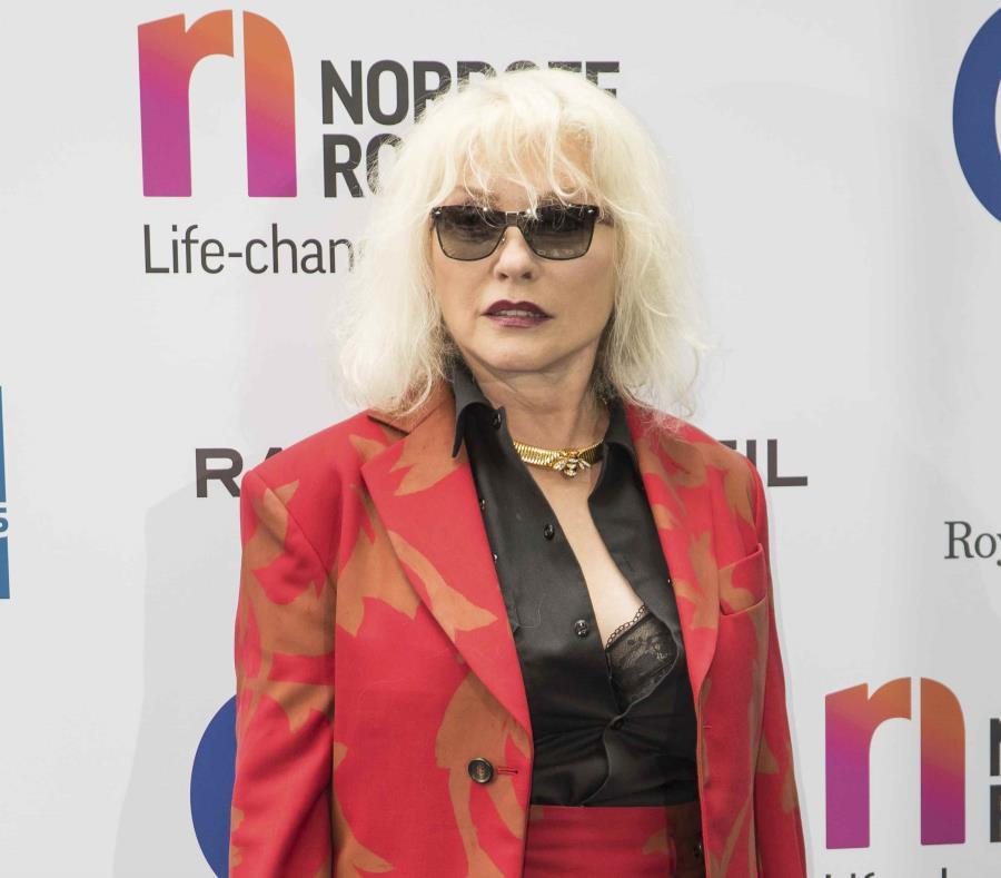 La cantante Debbie Harry del grupo Blondie llega a la ceremonia de los premios Silver Clef (2017) en Londres. (semisquare-x3)