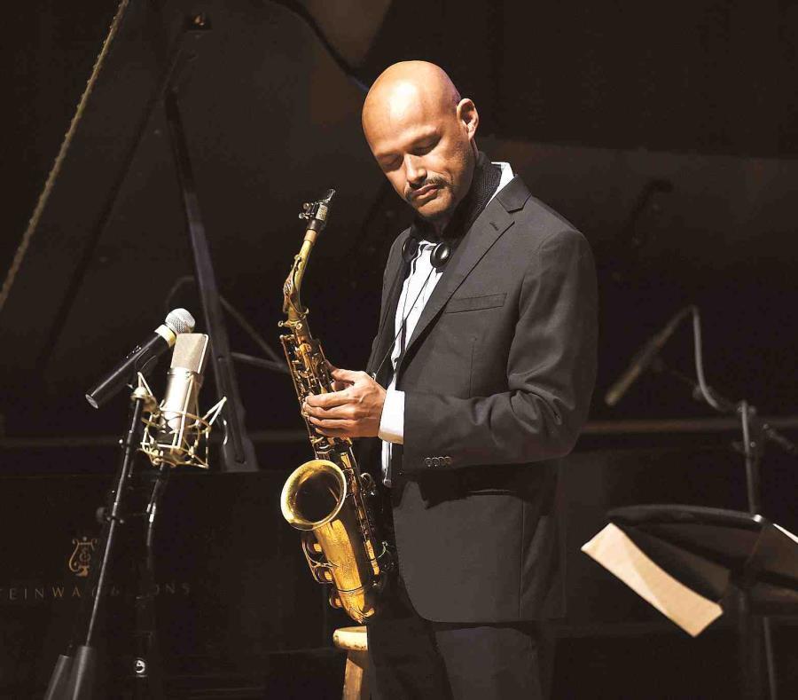 Zenón también ha desarrollado su voz como compositor y conceptualizador, concentrándose en un tipo de música que fusiona de manera muy sofisticada el folclore latinoamericano y el jazz. (semisquare-x3)