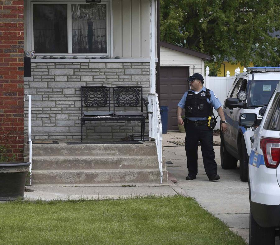 Un policía de Chicago aparece frente a una casa en Chicago donde Marlen Ochoa-Uriostegui fue hallada tras haber sido estrangulada. (Terrence Antonio James/Chicago Tribune via AP) (semisquare-x3)