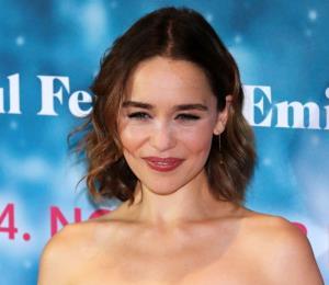 """Emilia Clarke asegura que fue presionada para aparecer desnuda en """"Game of Thrones"""""""