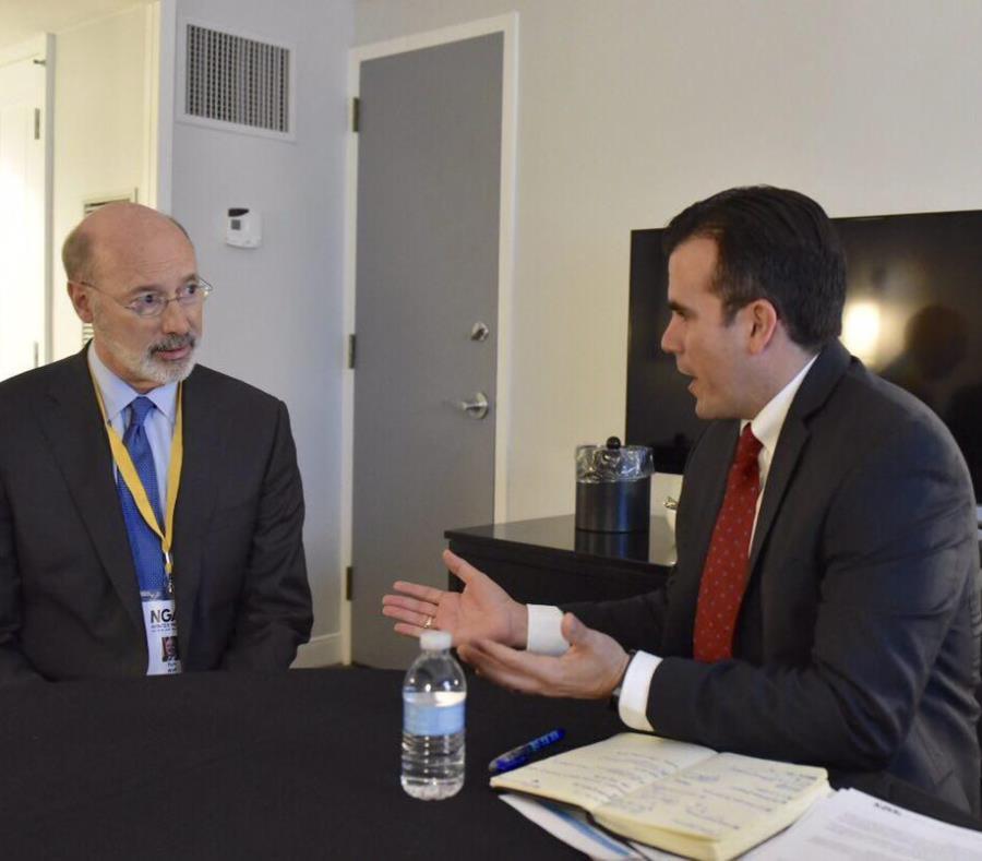 Tom Wolf, izquierda, se reunió en febrero con el gobernador Ricardo Rosselló para conocer las necesidades de los boricuas desplazados por María. La semana pasada visitó la isla para establecer vínculos. (GFR Media) (semisquare-x3)