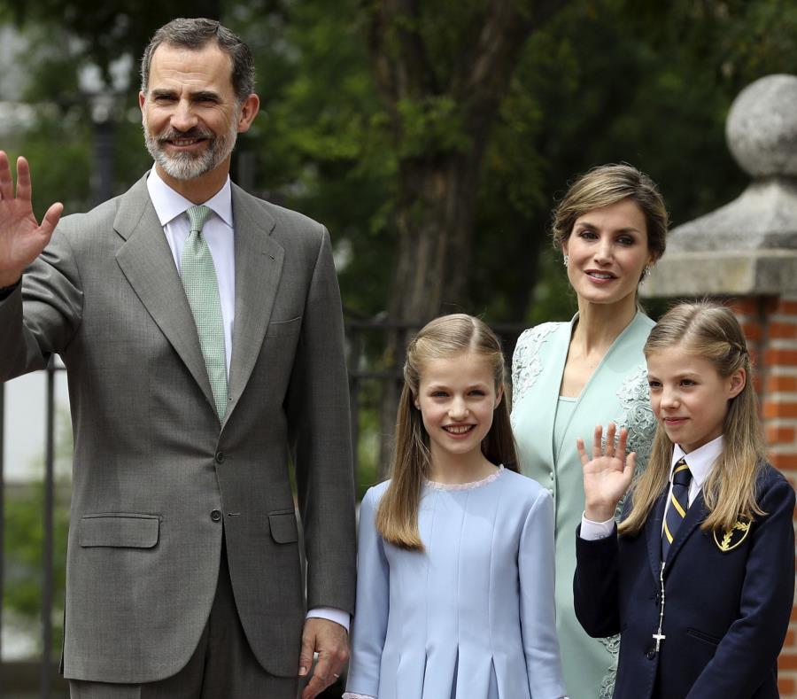 Sofía y su hermana llegaron a la entrada del templo de la mano de sus padres, Felipe VI y la reina Letizia. (semisquare-x3)