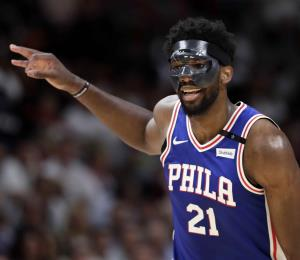 Embiid debuta en los playoffs y los Sixers retoman la serie ante el Heat