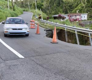 Un desprendimiento amenaza con derribar una carretera en Yabucoa