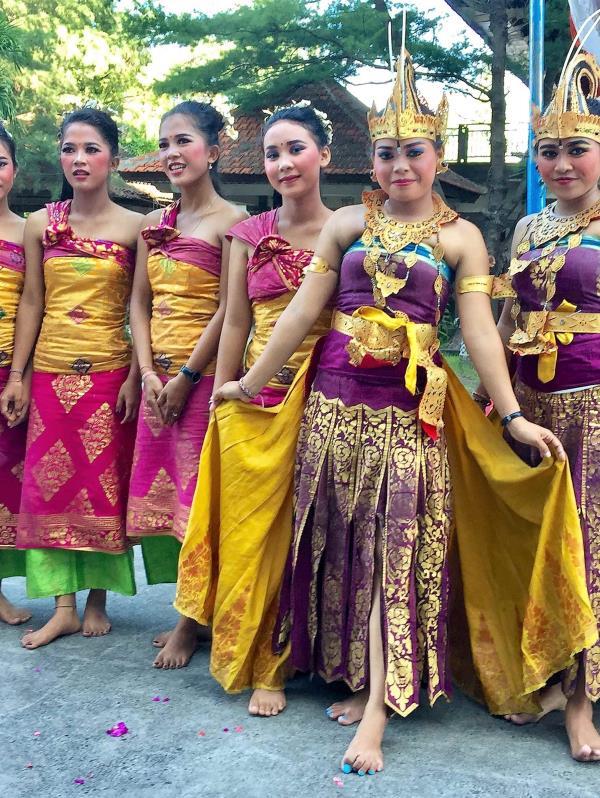 Bailarinas reciben a los turistas con una representación de su cultura.  (Suministradas)