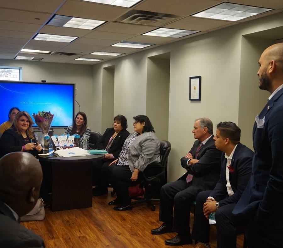 La comisionada residente, Jenniffer González Colón, con líderes de la comunidad puertorriqueña de Nueva Jersey. (semisquare-x3)