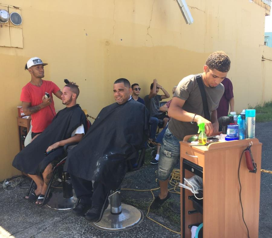 Los barberos de New York Style Joe Barber Shop sacaron sus sillas a la calle. (semisquare-x3)