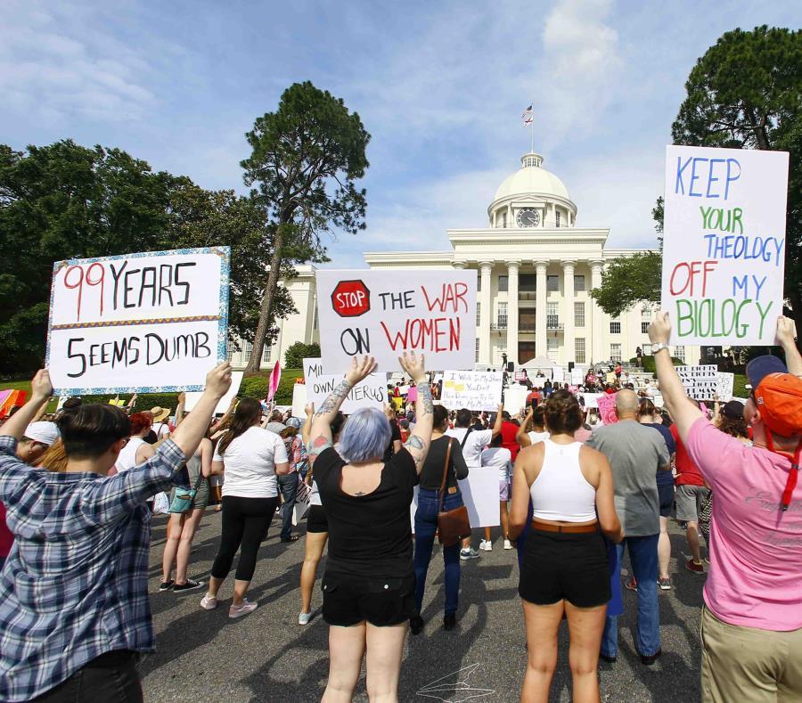Manifestantes durante una marcha frente al Capitolio de Alabama para protestar contra una ley del aborto aprobada la semana pasada, que penaliza la interrupción del embarazo en casi todos los casos, el domingo 19 de mayo. (AP) (semisquare-x3)