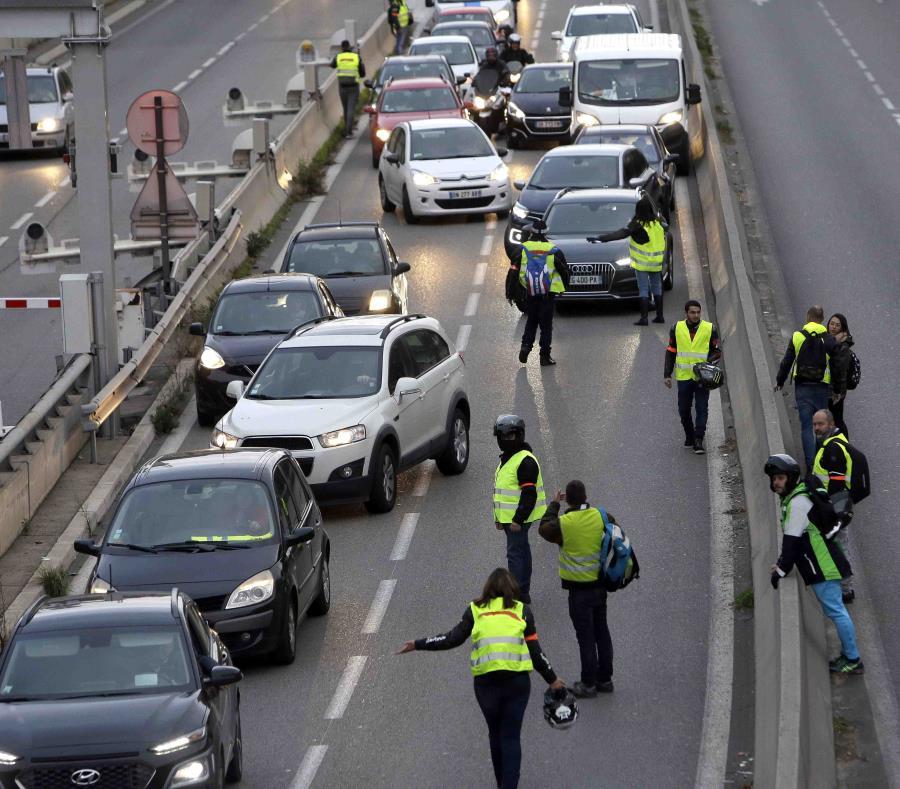 Manifestantes bloquean un carril de una autovía durante una protesta contra un impuesto a los combustibles, en Marsella, en el sur de Francia. (AP) (semisquare-x3)