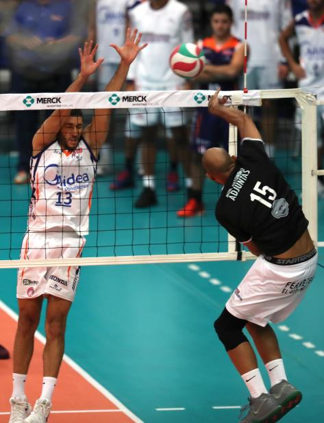 Sequiel Sánchez, en un intento de bloqueo, es uno de los jugadores activos en la final con Guaynabo, que fue convocado a la Preselección. (vertical-x1)