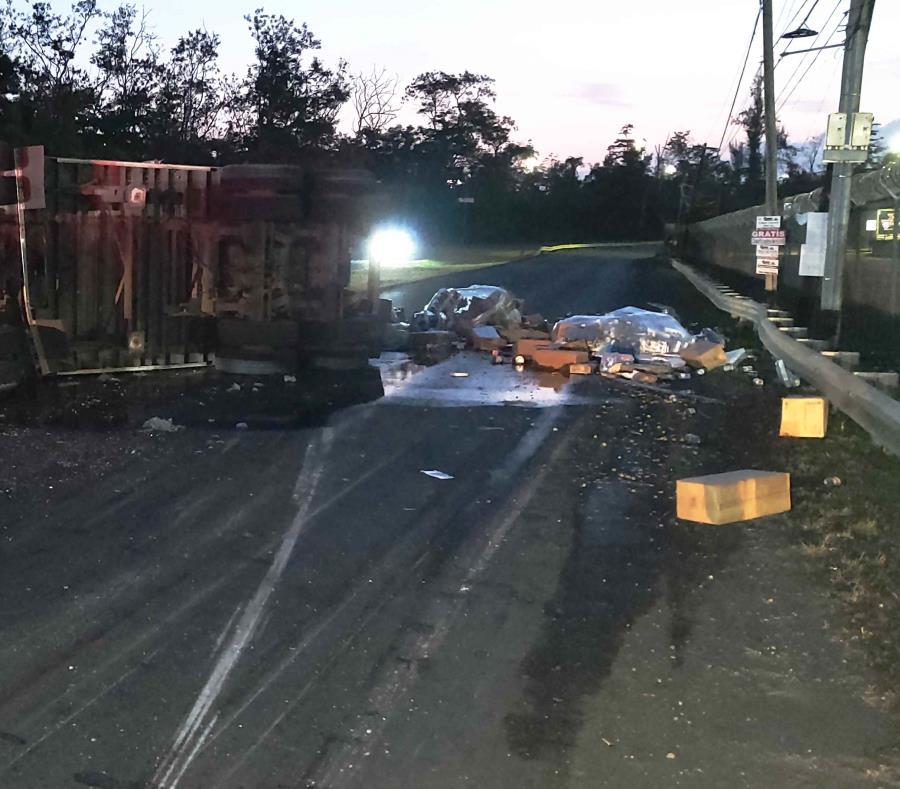 En la foto, el camión volcado en la vía (semisquare-x3)