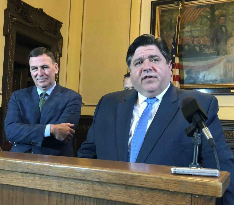 El gobernador de Illinois J.B. Pritzker (derecha), acompañado del director del Departamento de Agricultura del estado John Sullivan. (AP/John O'Connor) (semisquare-x3)