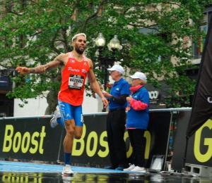 """Wesley Vázquez gana carrera """"callejera"""" de 600 metros en Boston"""