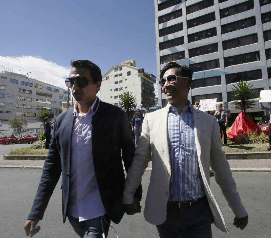 Javier Benalcázar, a la izquierda, y su pareja Efraín Soria llegan a la Corte Constitucional para escuchar la decisión final sobre el matrimonio entre personas del mismo sexo. (AP / Dolores Ochoa) (semisquare-x3)