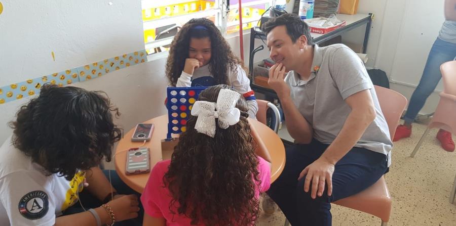 Fallon jugó Connect 4 con los jóvenes de la Casa Educativa. Se unió al equipo que estaba perdiendo para ayudarlos, pero igualmente perdieron. (Suministrada) (horizontal-x3)