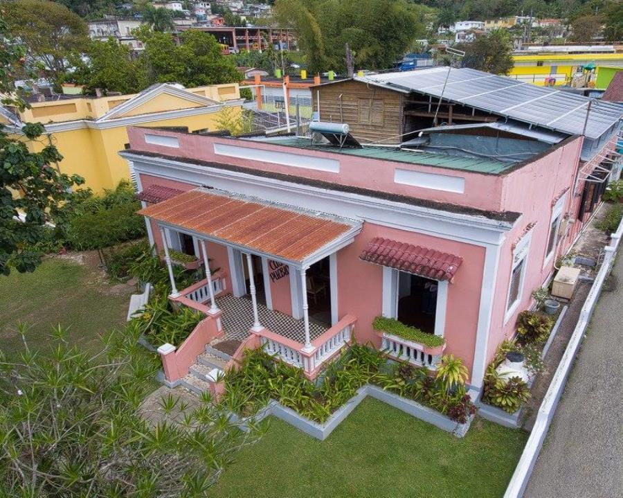 Al día siguiente del huracán María, Casa Pueblo reinició operaciones gracias a su sistema de placas solares, convirtiéndose en un oasis para muchos en Adjuntas. (semisquare-x3)
