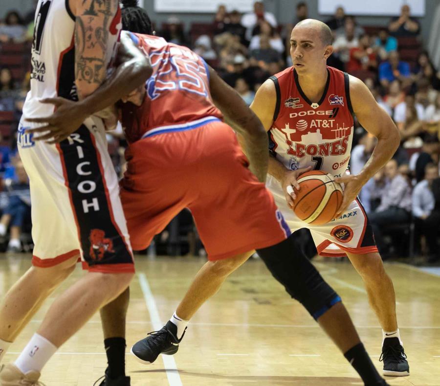 El veterano armador Carlos Arroyo (con el balón) fue suspendido por los próximos 10 partidos. (semisquare-x3)