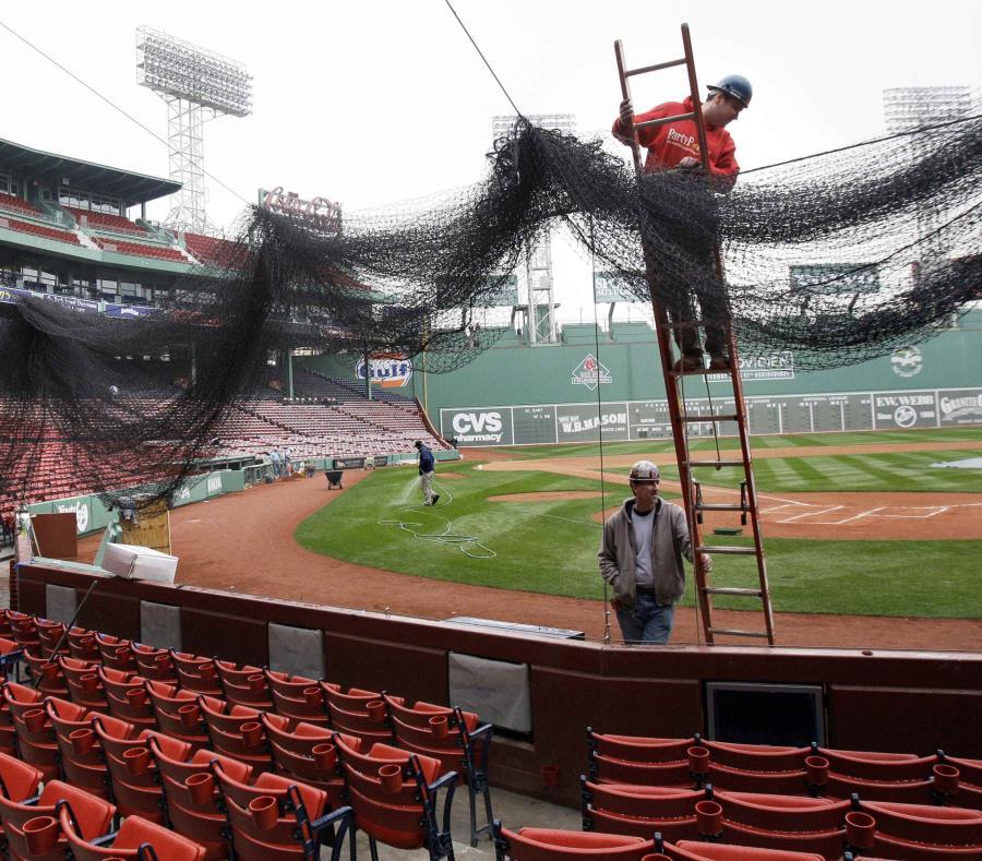 Foto de 2009 donde un personal coloca una malla protectora detrás del plato del Fenway Park en Boston. (AP) (semisquare-x3)