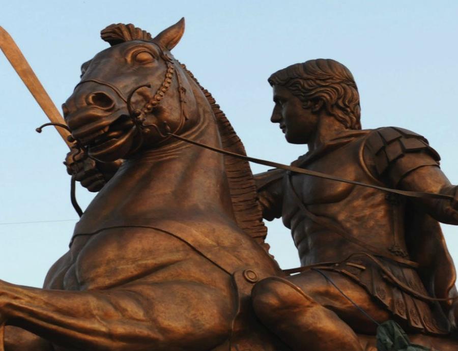 Estatua de Alejandro Magno, montado en su caballo Bucéfalo, en una plaza de Skopje (Macedonia). (EFE) (semisquare-x3)