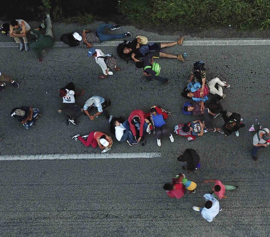 Los migrantes centroamericanos que viajan en una caravana a Estados Unidos se dirigen a Pijijiapan, México. (semisquare-x3)