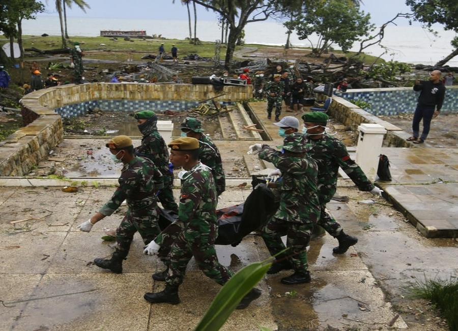 Soldados en Indonesia retiran los cadáveres de víctimas de un tsunami que afectó un complejo turístico costero en Tanjung Lesung, Indonesia. (semisquare-x3)